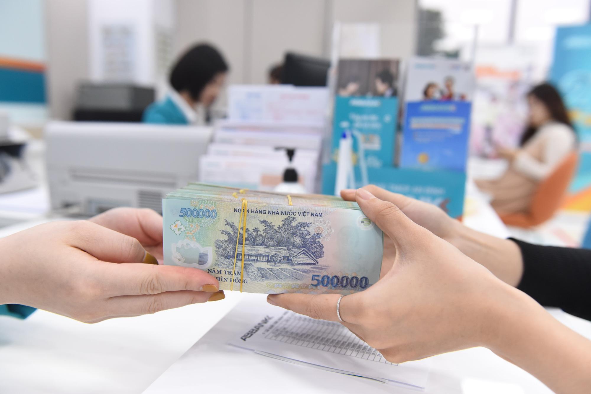Lãi suất giảm thấp, tiền vẫn chảy vào ngân hàng - Báo Người lao động